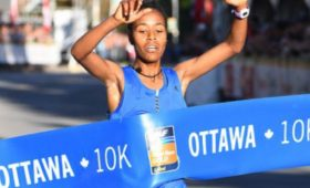 Netsanet Gudeta crosses the finish line at the 2017 Ottawa 10K